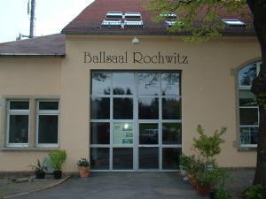 101-ballsaal rochwitz-Schriften-Fassade-malen