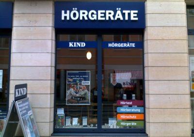 343-Kind Hoergeraete-Schaufensterwerbung