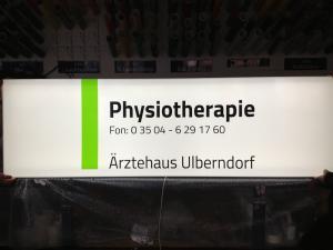 490-Leuchtkasten-bedrucken-Aerztehaus-Physiotherapie-LED-Licht