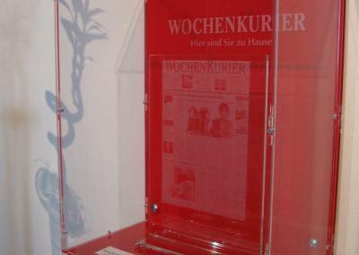 435-Wochenkurier-Showroom Vitrine Pokal