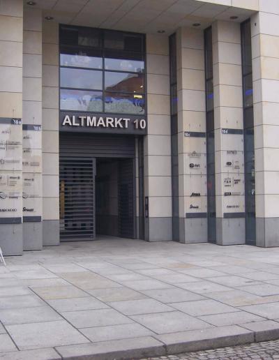 499_Acrylglasschilder Fassade Aussen Wegweiser, Pylone, Stelen, Bannerhalter