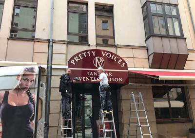 549-Leuchtkasten Montage Tanzbar Pretty Voices-Hotel-Hilton-Dresden-montieren