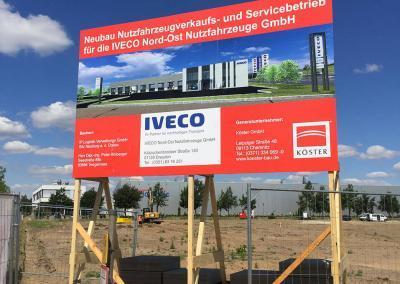 554-Koesterbau-IVECO-Bauschild-Holz