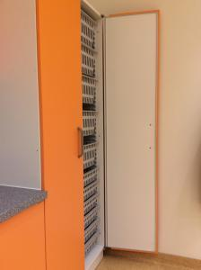 605-Moebelfolie-orange-Kuechenschrank-Kueche