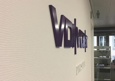 605-Wandtattoo-3D-Buchstaben-Logo-Wandabstand