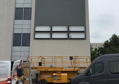 611-ON-Zentrum-Leuchtkasten-graue-Fassade
