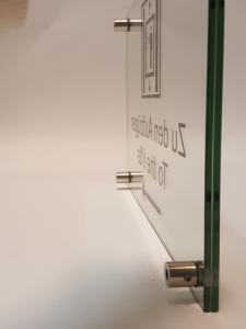 618-Glasschild-ESG-2-Scheiben-Abstandshalter