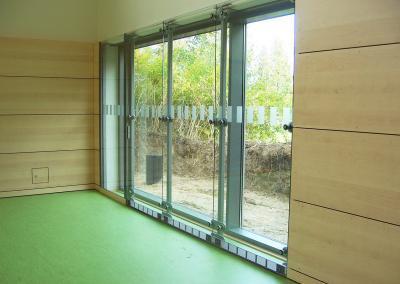 619-Durchlaufschutz-Streifen-Fensterglas-Sporthalle