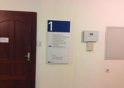 Schilder Systeme-Tuerschild-Wegweiser-Infoschild-flach-Krankenhaus-Arzt