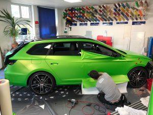 625-Car-Wrapping-Folie-kleben-PKW-Fahrzeug-Mitarbeiter