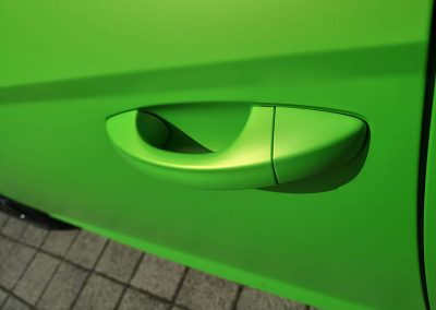 625-Carwrapping-Autofolie-gruen-metallic-matt-Tuergrifffolierung
