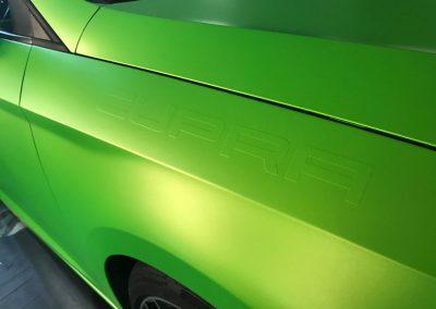 625-Fahrzeugvollverklebung-gruen-matt-metallic-mit-3-D-Beschriftung