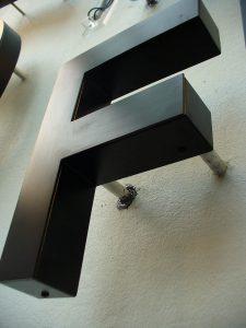 457-Leuchtbuchstaben-Rueckleuchter-Reliefkoerper-Abstandshalter-Unterputz