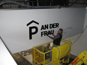 457-Leuchtbuchstaben-Unterputz-Rueckleuchter-Montage-An-der-Frau