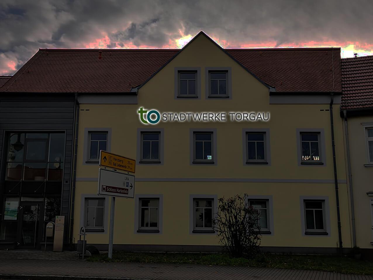 469-Stadtwerke-Torgau-Leuchtreklame-Fassade-Rueckleuchter