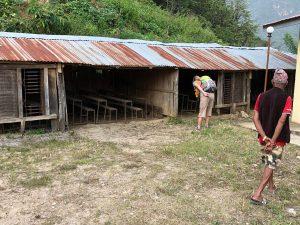Besichtigung der alten Schule in Nepal im Bergdorf