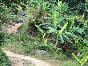 Schueler laufen bis 3 Stunden zur Schule und nach Hause im Bergdorf Nepal
