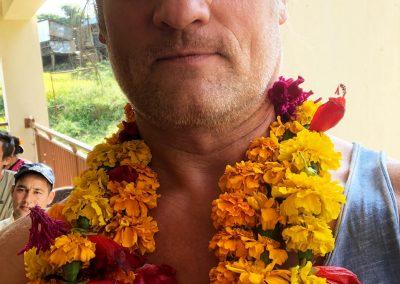 Segnung und Blumenband zur Begruessung