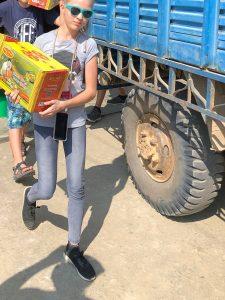 Suessigkeiten fuer Schueler in Schule Nepal gekauft
