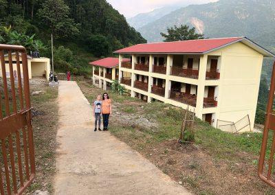 Wunderschoene Schule in Nepal im Bergdorf