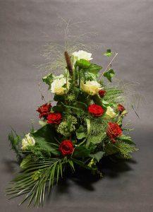 blumengesteck-trauergesteck-beerdigung-blumenstrauss-tischdekoration-blumenhalle-boehme