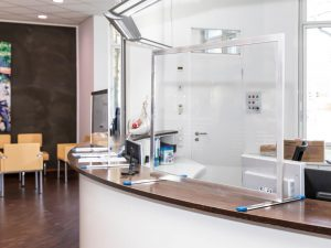 Corona-Wand-Wall-Schutzwand-Spuckschutz-Trennwand-Coronavirus-Zahnarzt-Warteraum