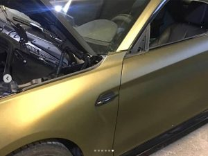 628-Carwrapping-Autofolie-gold-kleben-Klebemontage-Karosserie