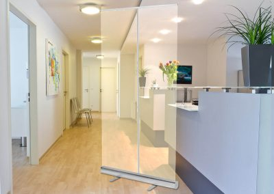 Corona-Schutzwand-Rollup-Theke-Empfang-Praxis-Foyer-Konferenzraum