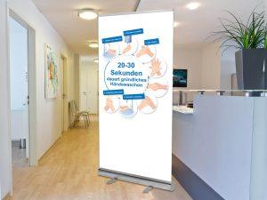 Rollup-Trennwand-Theke-Empfang-Praxis-Foyer-Schutzmaßnahmen-Coronavirus-haende-waschen