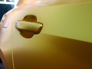 628-Autofolie-Avery-metallicsatin-energetic-yellow-Tuergriff-bekleben