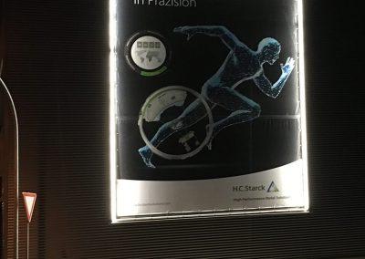 669-Werbebanner-Plane-Planenwechsler-mit-Gestell-Hauswand-beleuchted
