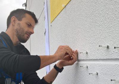670-Fassadenbeschriftung-Bohrloecher-Abstandshalter-Montage-Wand