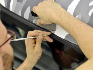 Autofolie-Autofolierung-Carwrapping-Camouflage-Klebefolie-kleben-rakeln-wrappen