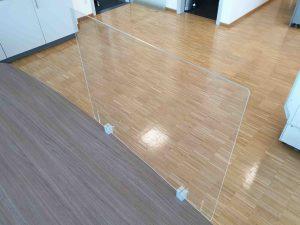 Klemmhalter-Corona-Trennscheibe-Schutzwand-Spuckschutz-Acrylglas
