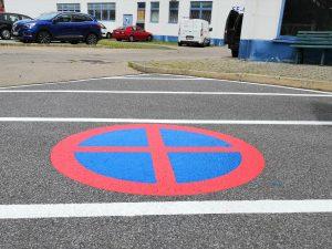 675-Parkplatz-Verbotszeichen-Sperrflaeche-mit-Parkverbotszeichen