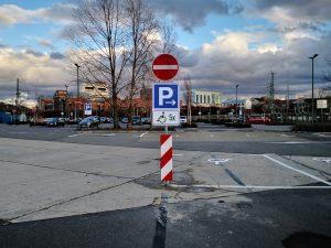 676-Behindertenparkplatz-Rollstuhl-Barke-Einfahrt-verboten-Verkehrsschild