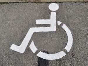 676-Markierung-Parkplatz-Behindertenparkplatz-Zeichen-Rollstuhl-malen-Schablone