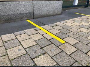 677-Abstandslinie-Markierungsband-gelb-Coronavirus-Sicherheit