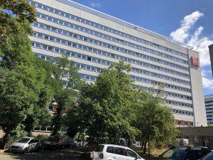 472-Sonnnenschutzfolie-Silber-Mittel-Fensterfront-2-Etagen-fertig-Ibis-Hotel-Dresden