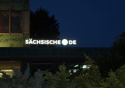 675-Leuchtreklame-Saechsische-SZ-de-Leuchtbuchstaben-leuchtet-nachts-nach-vorn
