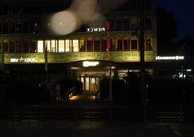 675-Leuchtwerbeanlage-Leuchtbuchstaben-Frontleuchter-nachts-Dresden