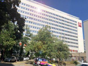 472-Sonnnenschutzfolie-Silber-Mittel-Fensterfront-komplett-fertig-Ibis-Hotel-Dresden