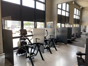 Corona-Schutzwaende-Hygieneschutzkonzept-Fitnessstudio-Friseure-Messen