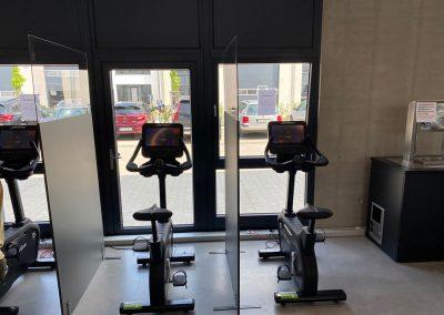 Infektionsschutzwand-Aufsteller-Plexiglasscheibe-Fitnessstudio