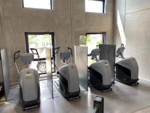 Schutzwand-Aufsteller-Plexiglasscheibe-Fitnessclub-Messe