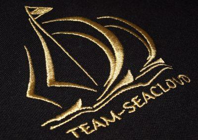 493-schoenes-Logo-in-Gold-sticken-Stickerei-Dresden