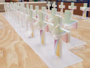 530-Werbemittel-Acrylglas-Kreuz-mit-Fuss-geklebt