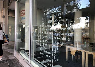 680-Schaufensterbeschriftung-Texte-Leistungen-Firmenbeschriftung