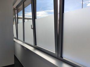 682-Garderoben-Sichtschutz-Glasdekor-Klebefolie-Fensterfolie-Blickschutz