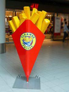 3-D-Figur-Kundenstopper-Werbefigur-Pommes-frites-Tuete-quadratisch-Werbung